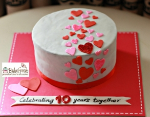 customize anniversary cake with red and pink heart design